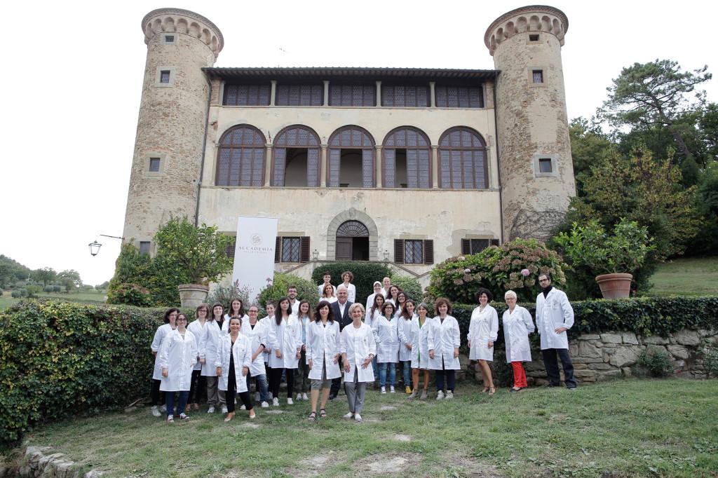 Castello di Galbino, esterno, Anghiari, Arezzo, foto di gruppo del corso LA Tisana, Accademia della Tisana, studenti e docenti